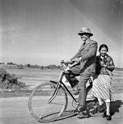 BK dan Fatmawati Bersepeda