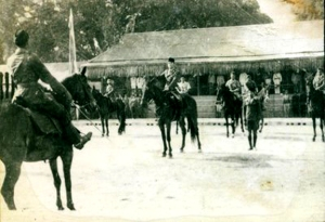 Bung Karno dan Sultan HB IX naik kuda