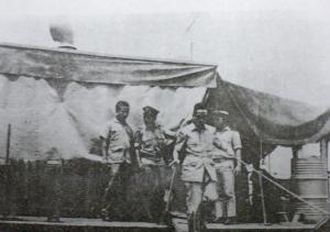 Oei Tjoe Tat Turun dari Kapal Bea Cukai