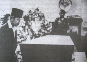 Soeharto melihat jenazah BK