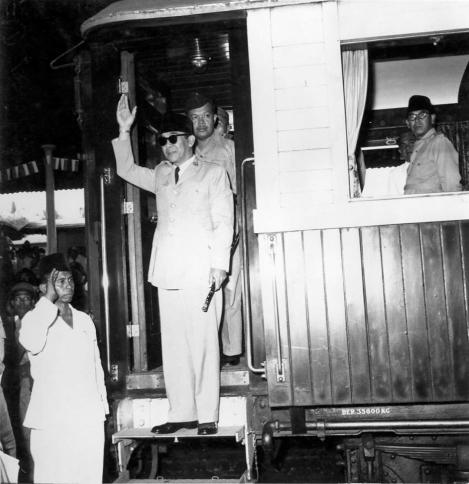 Turun dari KA di Rangkasbitung 1957