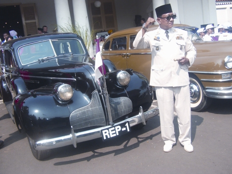 Meniru Sukarno
