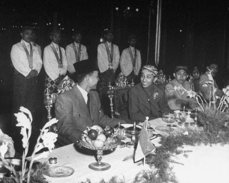 Bung Karno dengan Paku Buwono XII 1946