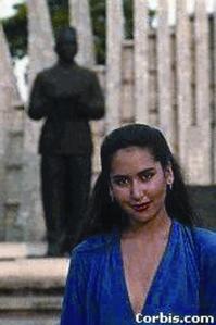 Karina di depan patung BK