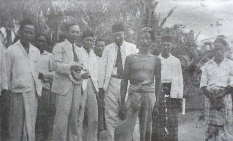 http://rosodaras.files.wordpress.com/2011/03/bung-karno-dan-teman-temannya-di-bengkulu-1938.jpg?w=470&h=285