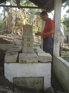 Tito Asmarahadi di makam Ibu Amsi